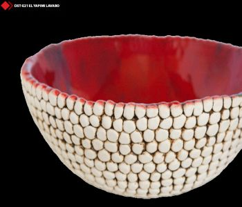 Kırmızı renkli porselen lavabo